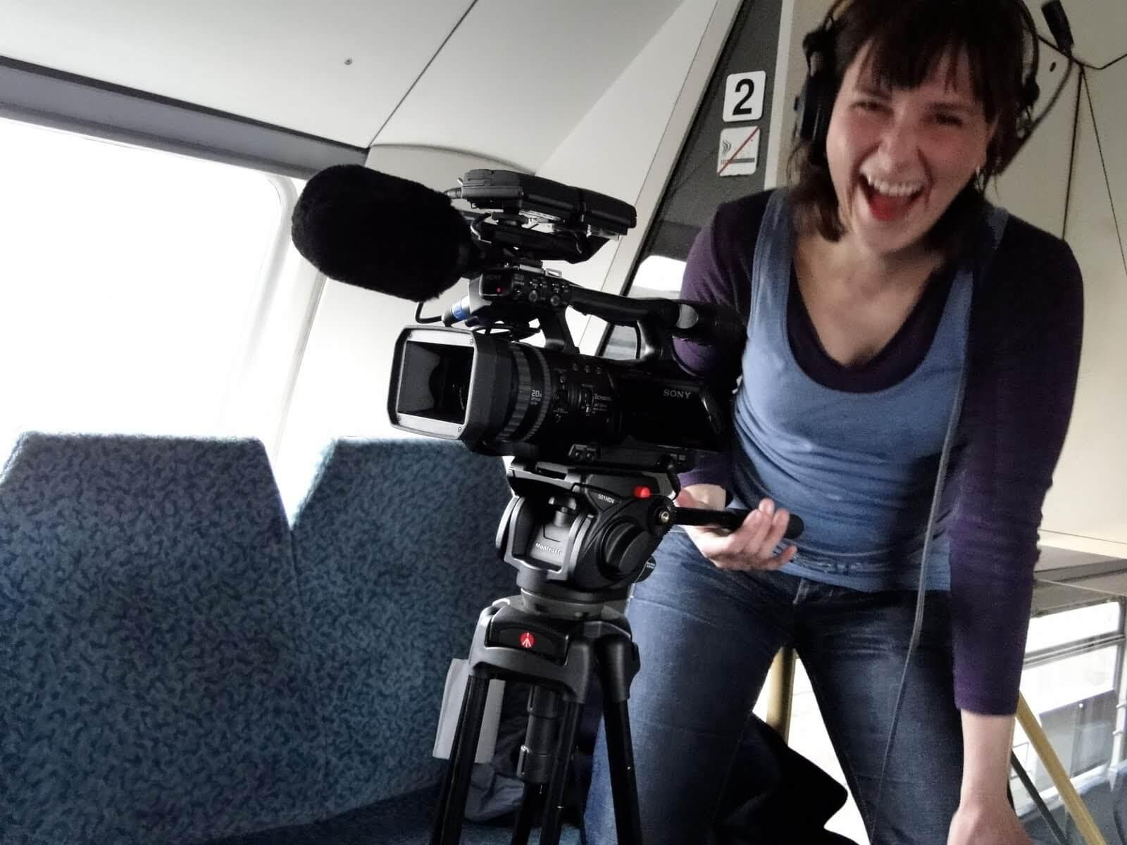Ulrike Nagel dreht Video mit Kamera in einem Zug