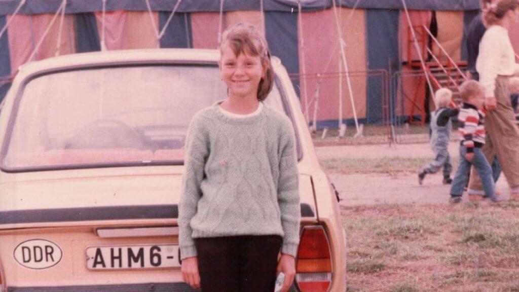 Ulrike Nagel in 1988, ongeveer 9 jaar oud in DDR met Škoda